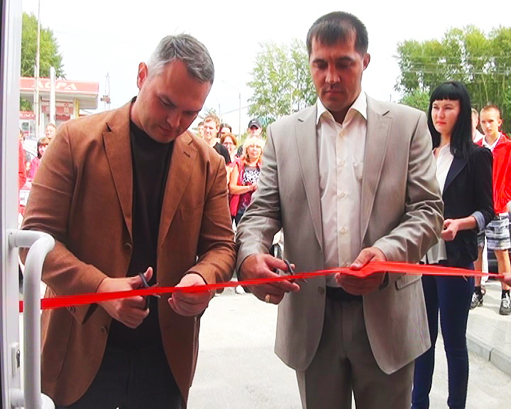 Открытие нового автосалона в Ачинске, слева Сергей Сизов