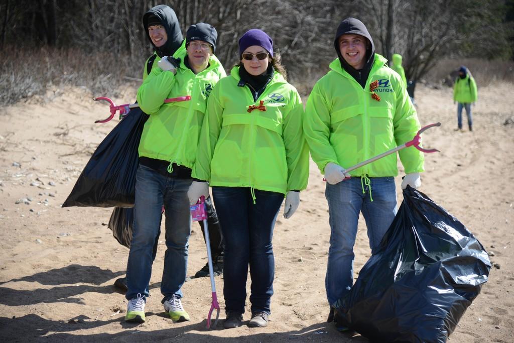 Волонтеры Hyundai работают на очистке берега Финского залива