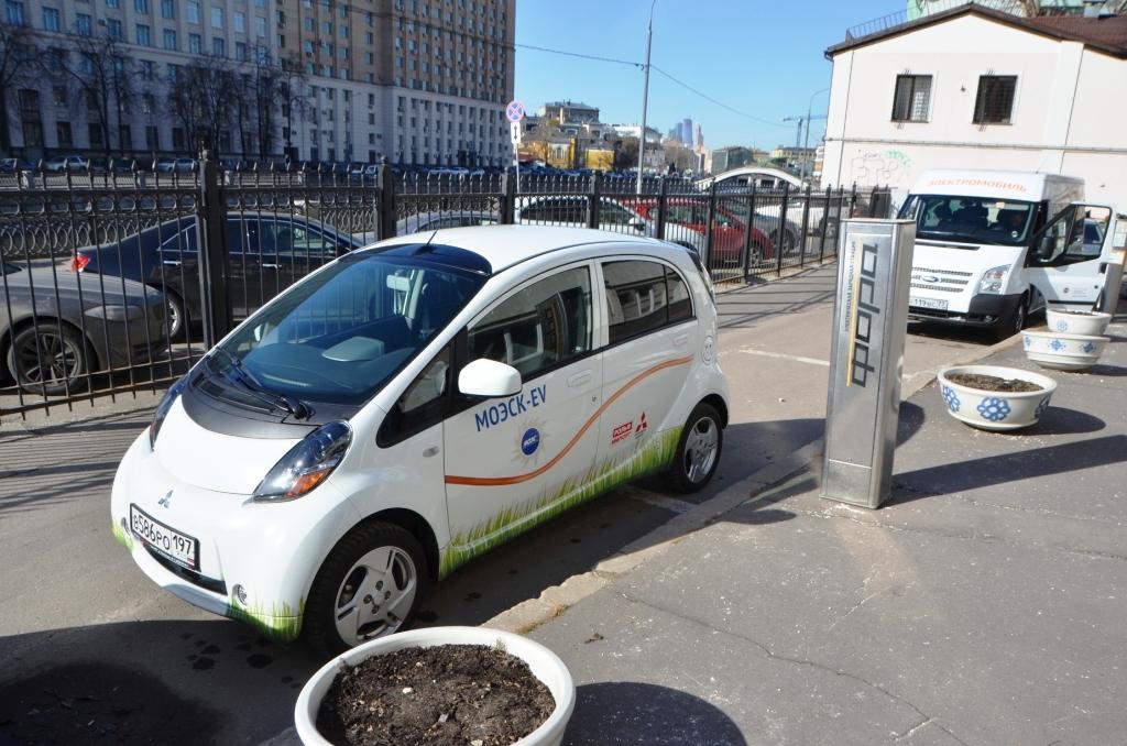 В РФ для электромобилей и гибридов могут ввести бесплатные парковки