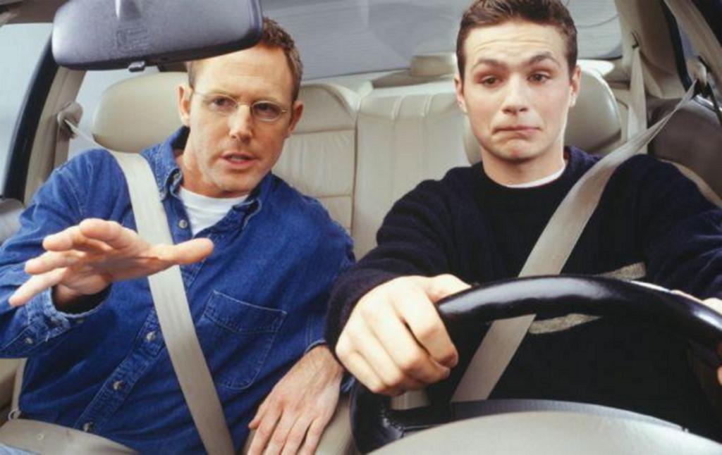 Инструктор наставлят начинающего водителя