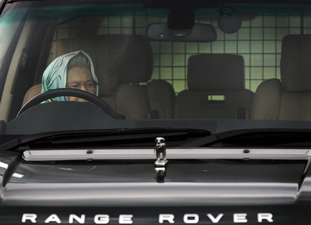 Королева Елизавета за рулем Range Rover