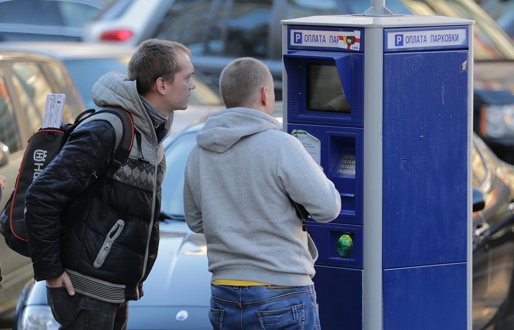 Мужчины оплачивают парковку