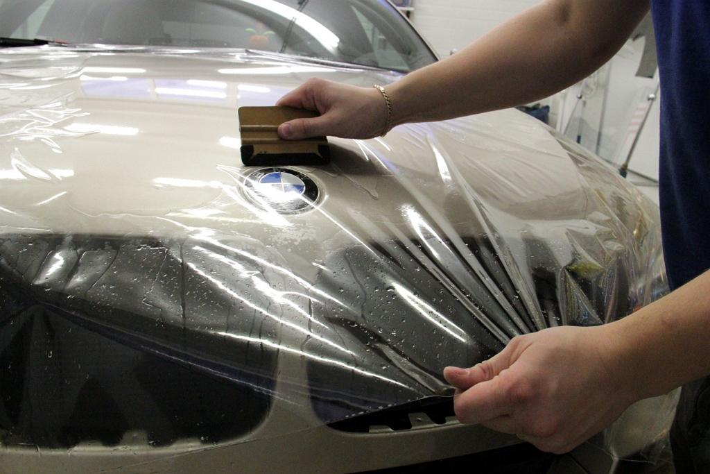 На BMW наносят защитную пленку