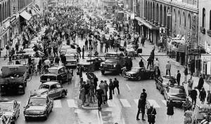 Центр Стокгольма в день перехода с левостороннего на правостороннее движение