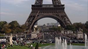 Транспортный поток под Эйфелевой башней