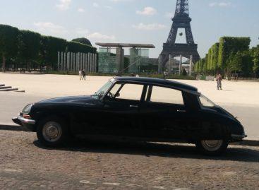 Citroen DS на фоне Эйфелевой башни в аромате Chanel №5