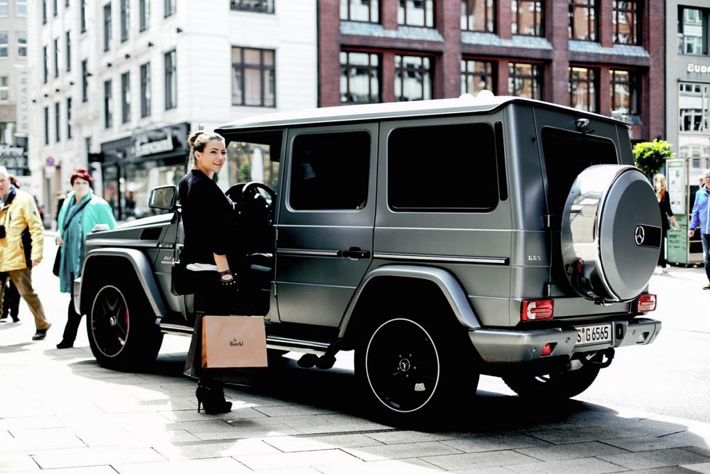 Девушка рядом с Mercedes-Benz G65 AMG