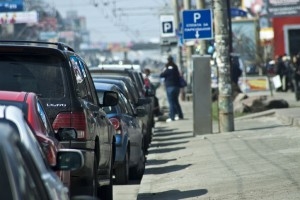 Машины, припаркованные у тротуара