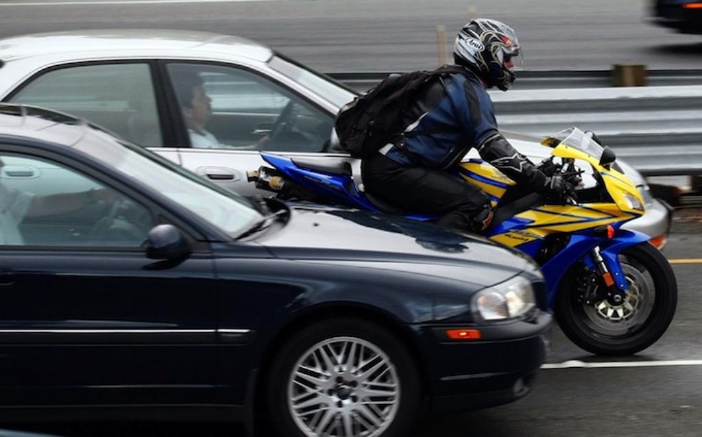 Мотоциклисты между рядов