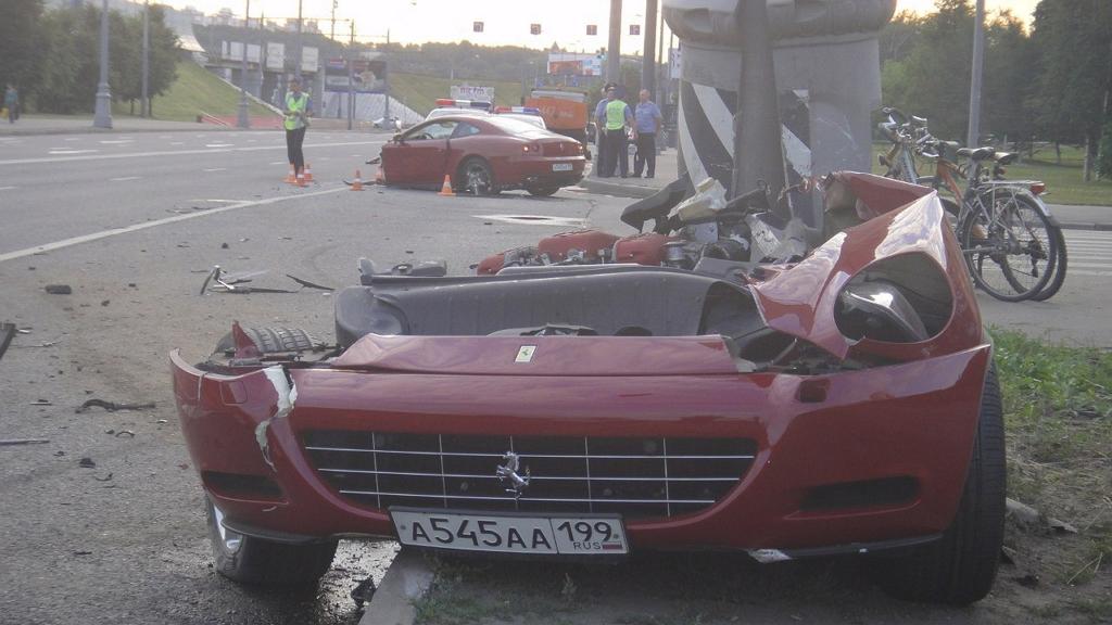 Разломанный на две половины Ferrari
