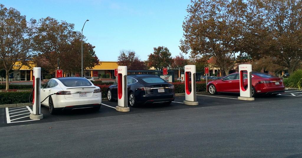 Tesla заряжаются