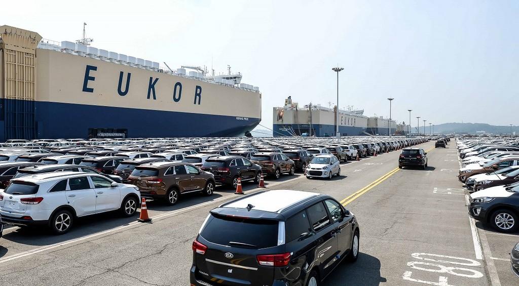 Автомобили KIA в ожидании погрузки в порту