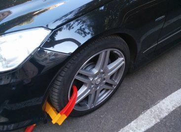 Автомобильные хулиганы блокируют колесо
