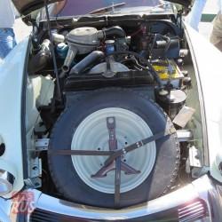 Двигатель 1.8 расположен продольно. Коробка передач – перед ним. На переднем плане – подпорка, пришедшая вместо домкрата. С гидропневматической подвеской домкрат стал не нужен