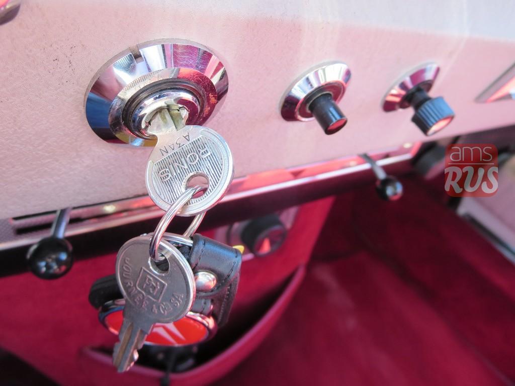 Маленькая кнопочка справа от ключей – запуск двигателя