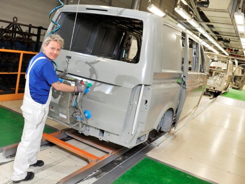 Сара Миллер на работе на заводе Volkswagen