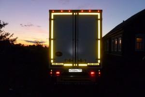 Светоотражающая лента на грузовике