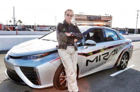 Арни дает старт гонке на Toyota Mirai