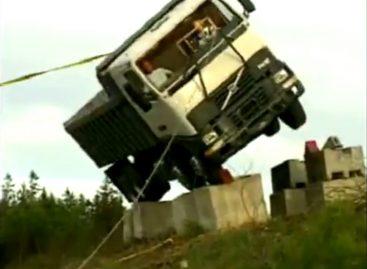 Испытания грузовиков Volvo на опрокидывание