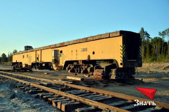 Абзетцер Takraf ERs 710 укомплектован рельсоперекладчиком - устройством, позволяющим передвигать железнодорожное полотно по мере необходимости.