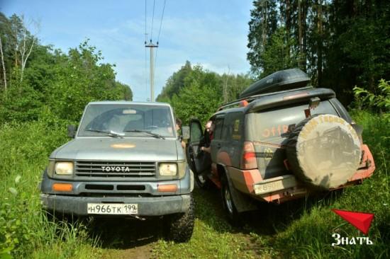 Организаторы проходили маршрут параллельно с участниками. Периодически автомобили встречались на трассе, и экипажи обменивались впечатлениями.