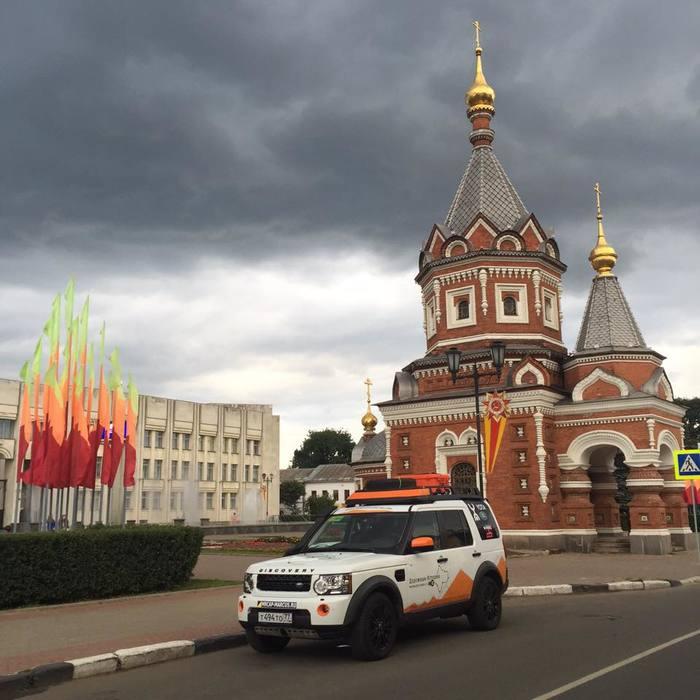 Оранжевый Land Rover Discovery въехал в Ярославль