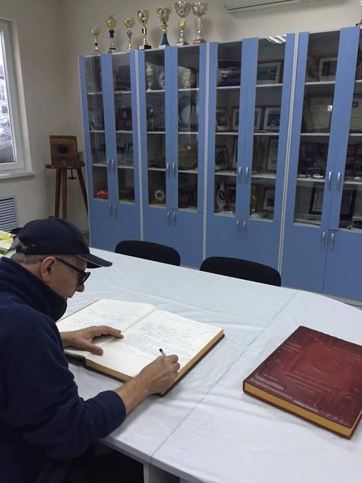 Сан Саныч пишет отзыв в музее Иж