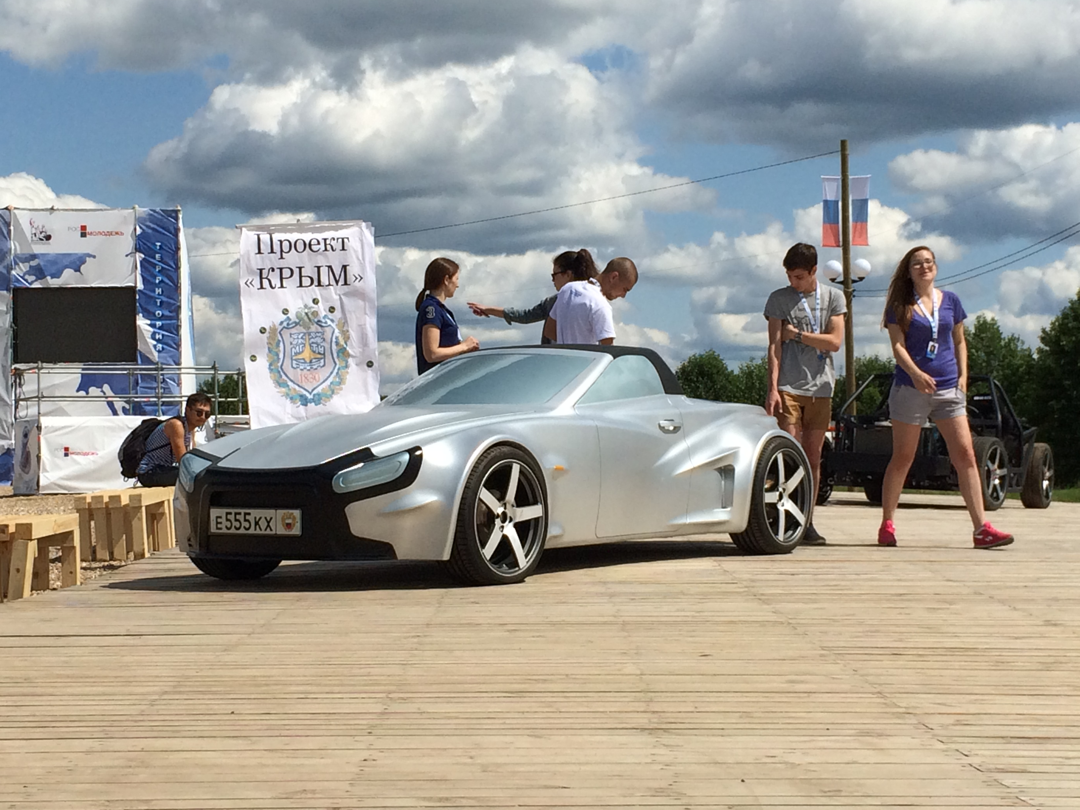 Спортивный автомобиль среднемоторной компоновки родстер Крым