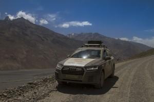 Волок-Туркестан 2015 Audi Q7 на фоне Афганистана
