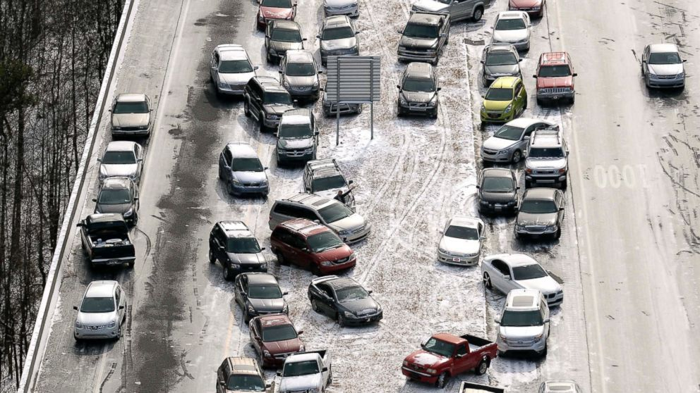Автомобильный инцидент на зимней дороге