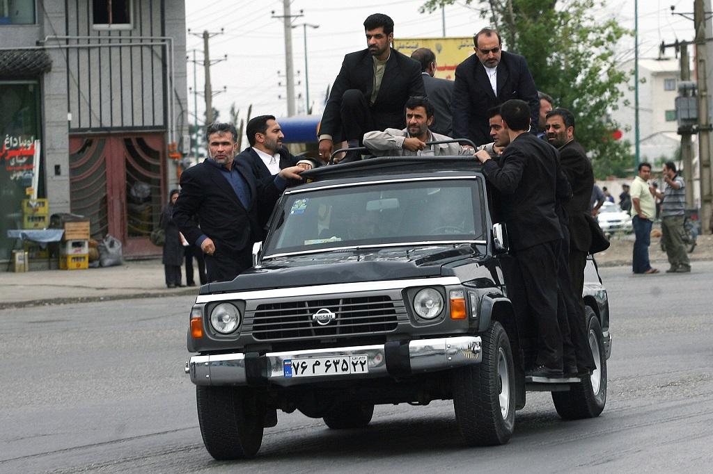 Бывший президент Ирана Махмуд Ахмадинежад в бронированном Nissan