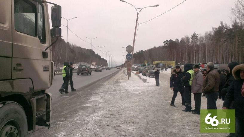 Бастующие дальнобойщики на 10-м км Московского тракта