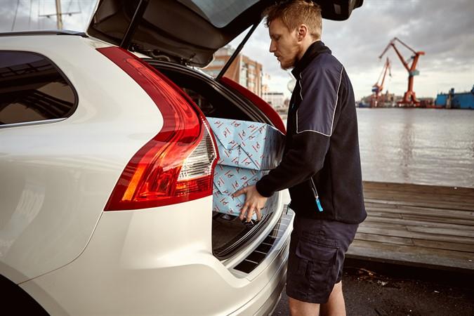 Доставка заказа в автомобиль Volvo