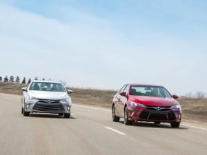 Две Toyota Camry на дороге