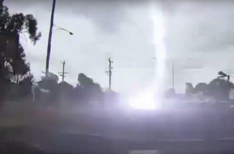 Молния ударила в автомобиль во время движения