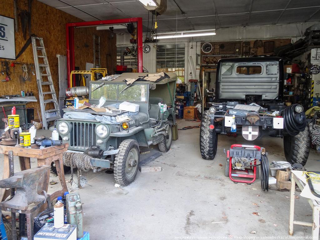 Унимог на реставрации и армейский джип