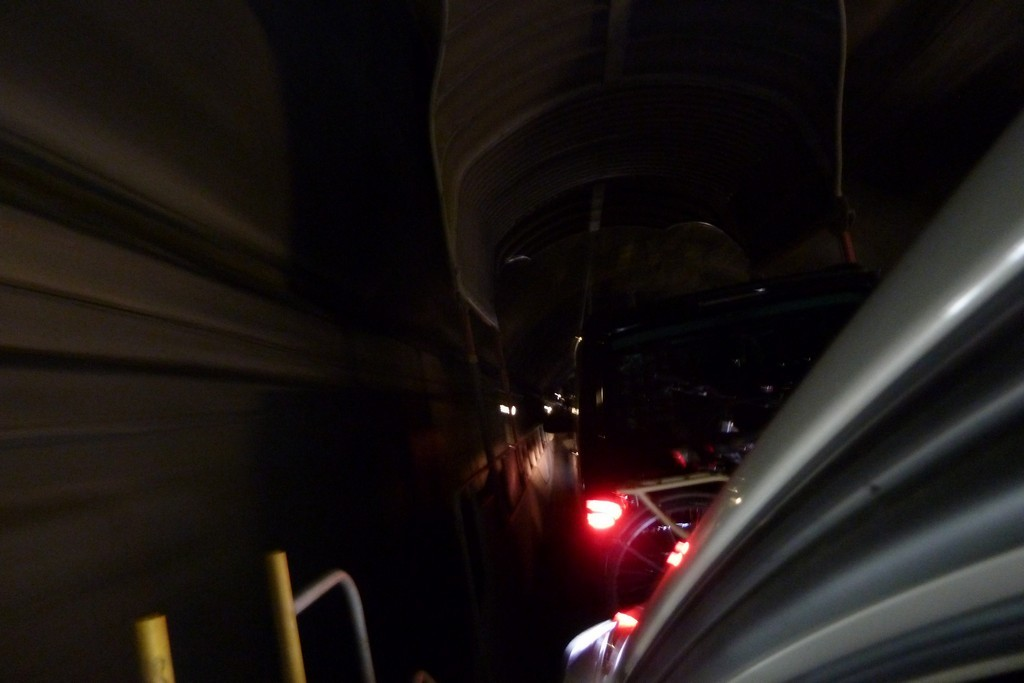 На автомобиле сквозь скалу