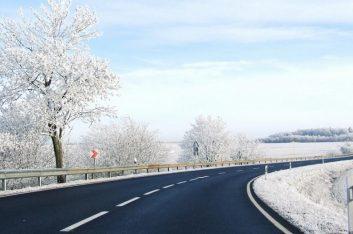 Росавтодор разрешил укладывать асфальт в мороз и снегопад