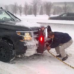 Губернатор помогает вытащить автомобиль