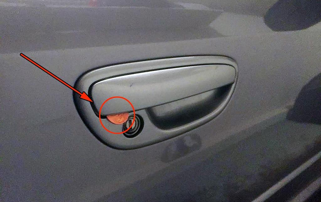 Монета в двери автомобиля