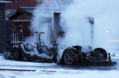 А еще Tesla может самовозгораться…