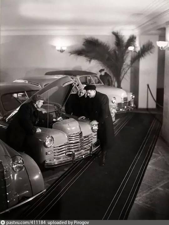 В магазине Автомобили, 1951 год