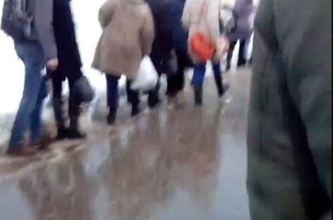 Люди идут к метро