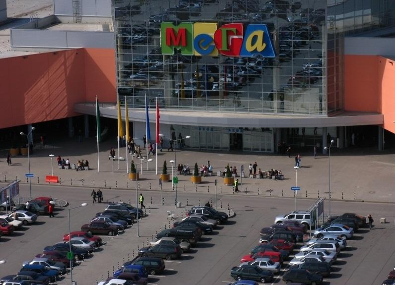 Парковка возле ТЦ Мега