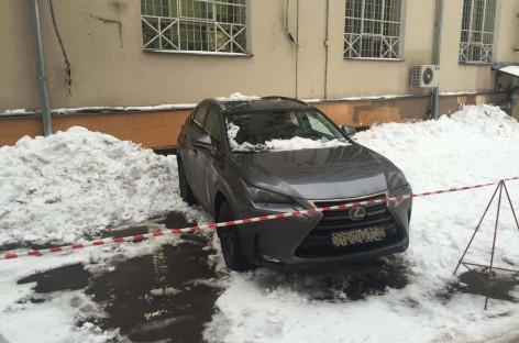 Упала льдина на крышу машины