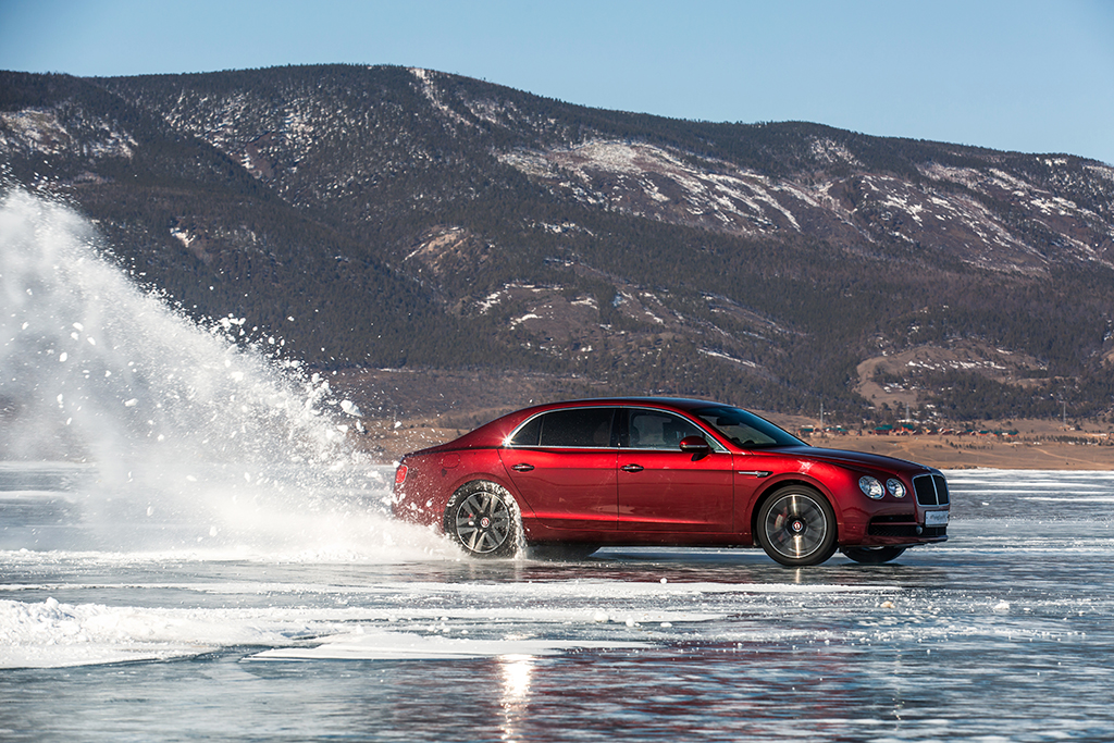 Bentley Flying Spur V8 ставит рекорд на льду Байкала