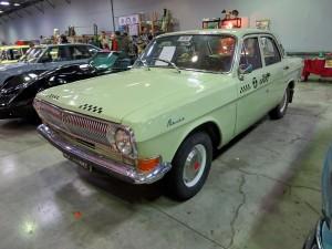 Ностальгическая такси ГАЗ-24 фисташкового цвета