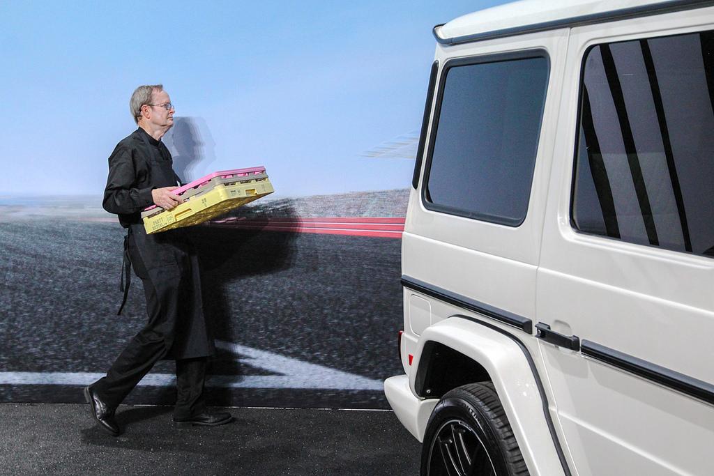 Мировая премьера мужика с разноцветным ящиком. Автосалон в Нью-Йорке