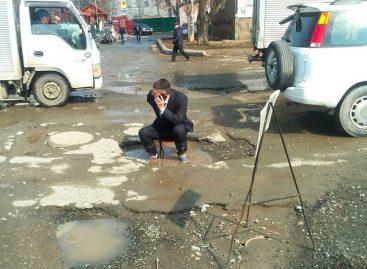 Протест в дорожной яме