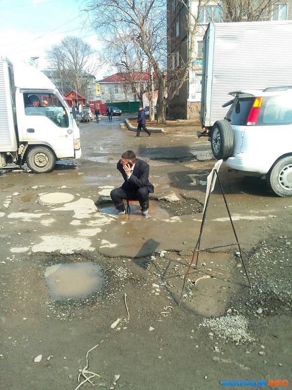 Мужчина устроил сидячий протест против ям на дороге